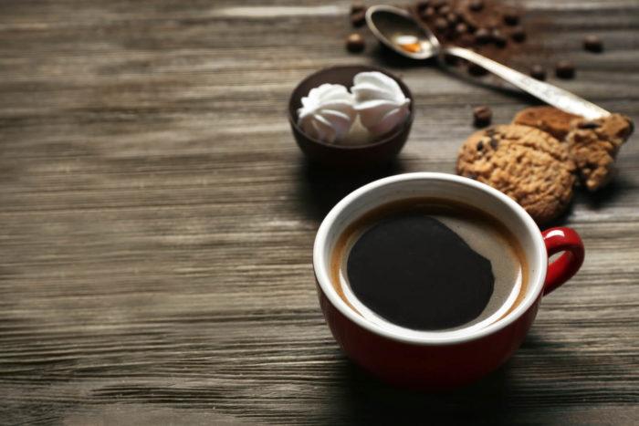 Caffè Americano mit Plätzchen
