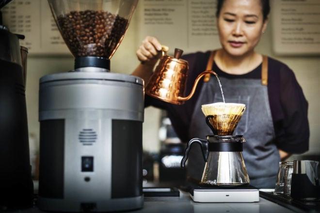 Barista brüht Kaffee auf - optimaler Kaffee Mahlgrad