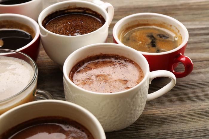 Kaffee Tassen auf Holztisch
