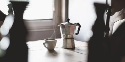 Lavazza Kaffee mit Kanne auf einem Tisch
