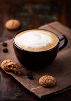 Milchkaffee mit Amarettini