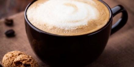 Kaffeespezialität Milchkaffee mit Amarettini