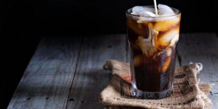 Verschiedene Kaffeespezialitäten mit Eiskaffee