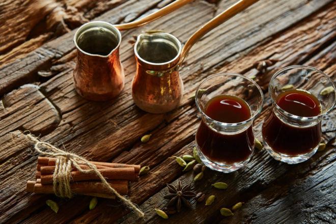 Arabische Kaffeespezialitäten Türkischer Mokka mit Gewürzen
