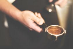 Barista mit Kaffeesatz