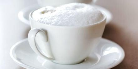 Milchschaum in weißer Tasse perfekt zubereitet