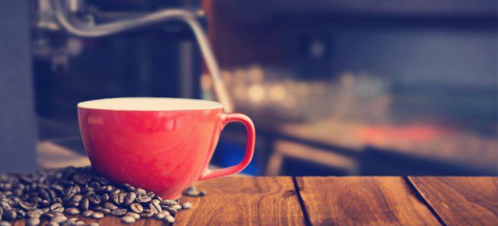 Kaffeebohnen und Kaffeetasse