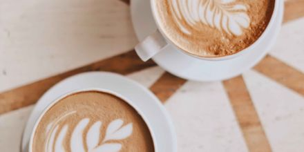 Zwei Cappuccinos mit Milch auf Tisch