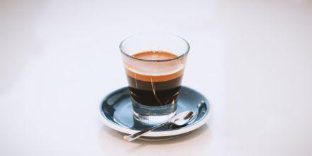 Crema auf einem Espresso in Glas