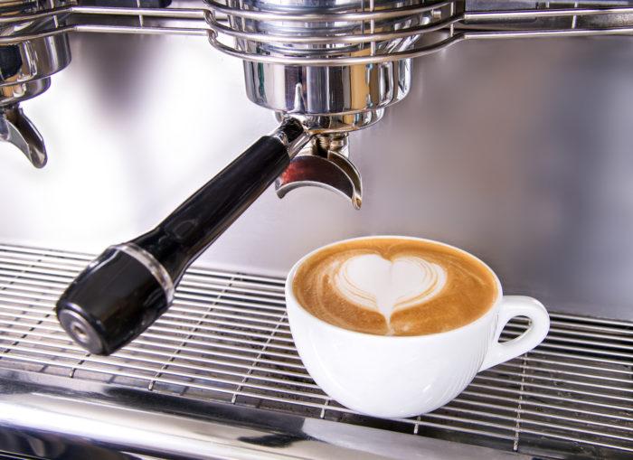 Siebträgermaschine und Kaffee mit Latte Art