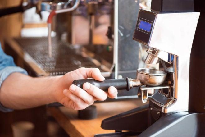 Kaffeevollautomat richtig einstellen mit dem optimalen Mahlgrad