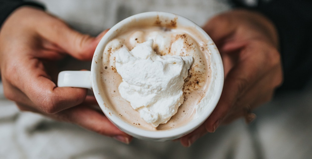 Pharisäer Kaffee in Tasse mit Sahnehaube