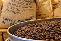 Kaffeebohnen und Kaffeesäcke