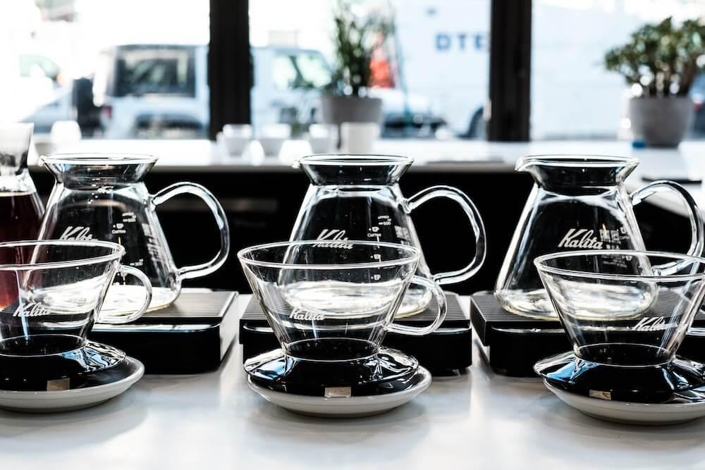 Filterkaffee in Kannen und Handfiltern beim Third Wave Coffee Cupping