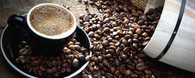 Specialty coffee Kaffeebohnen über Kaffeetasse