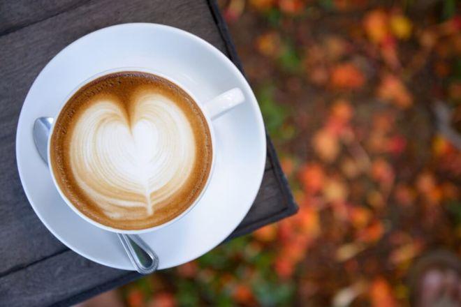 café au lait steht auf einem Tisch im herbst