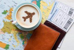 kaffee im Flugzeug kaffeetasse tickets landkarte