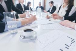 Konferenz Business menschen sitzen um Tisch Grafiken Kaffeetasse
