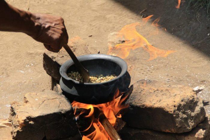 Typica Kaffee Kaffeebohnen über Feuer rösten
