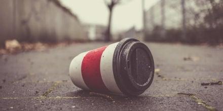 weggeworfener Pappbecher liegt auf dem Boden