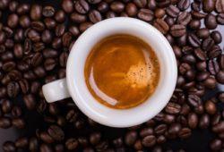 Espresso von oben Crema darunter Kaffeebohnen