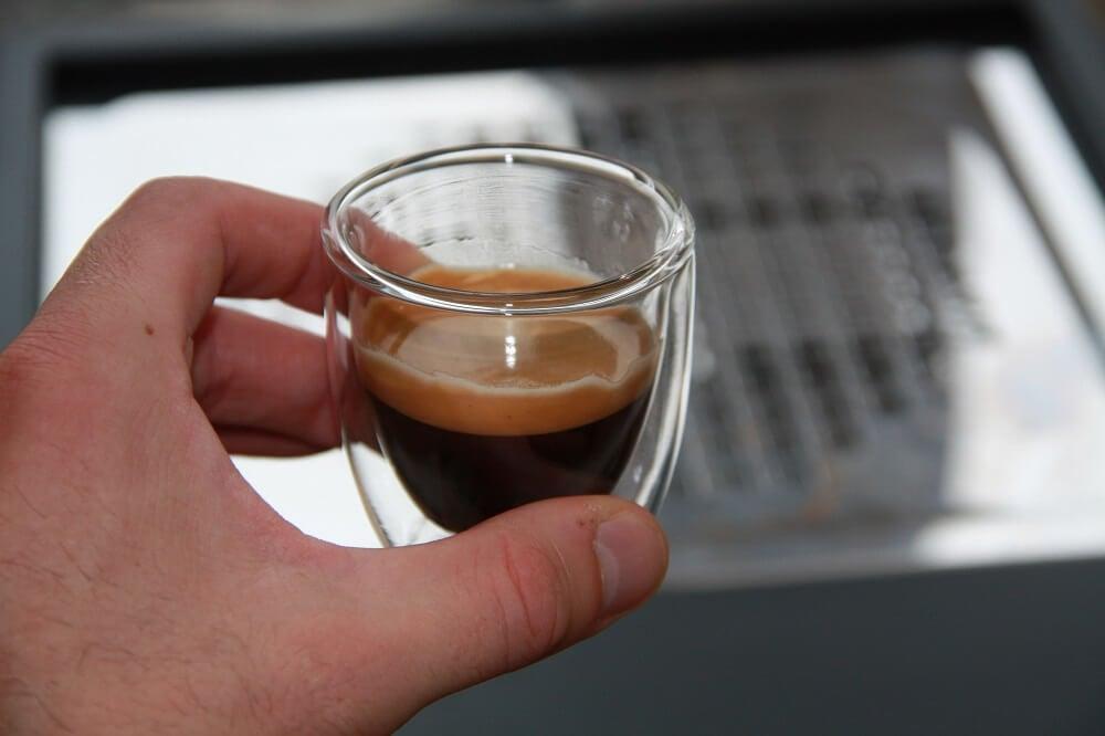 Tasse mit guten Espressobohnen aus dem Test