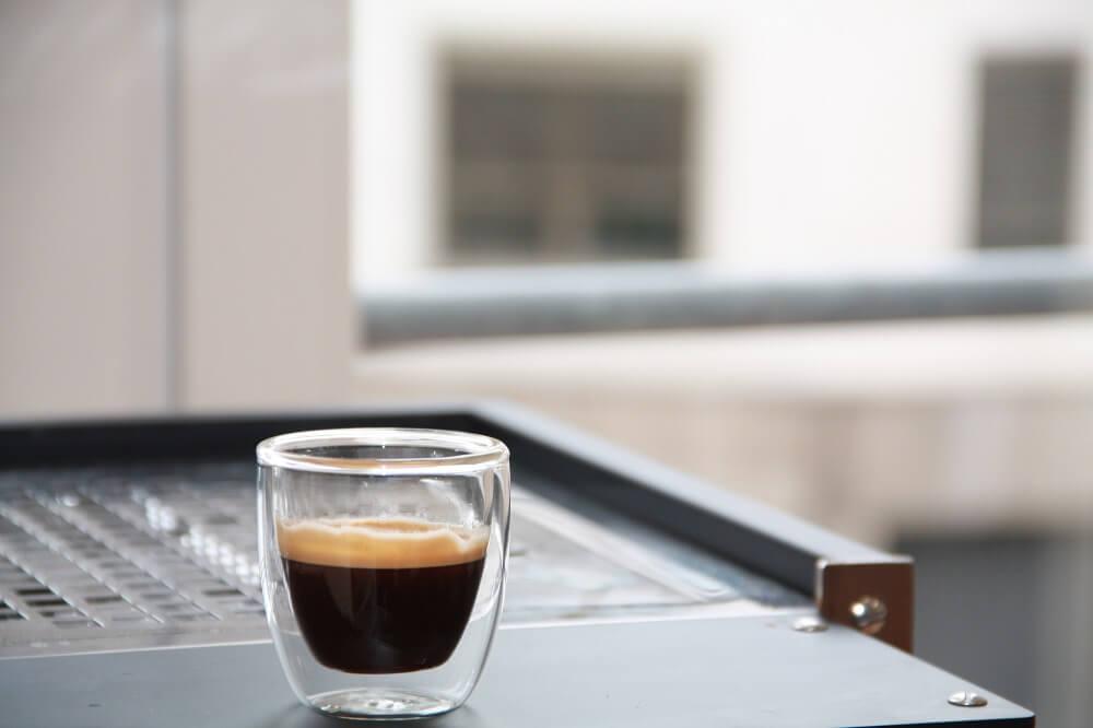 Tasse mit Espresso vom Espressobohnen Test