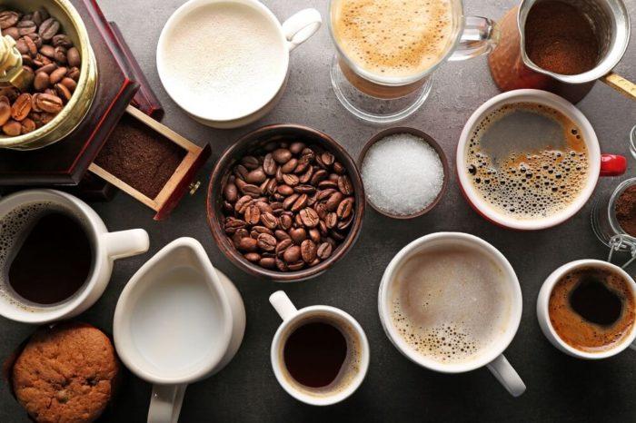 Viele Kaffees abgebildet von oben unterschiedliche Crema