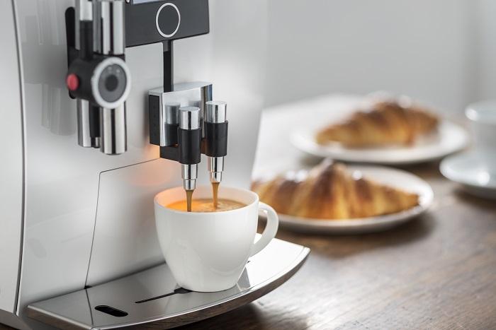 Espressotasse wird durch Vollautomat gefuellt