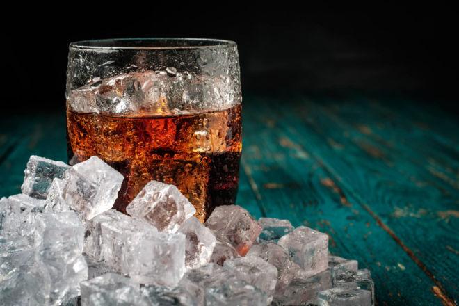 Coca Cola Glas mit Eiswürfeln