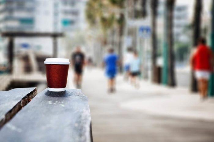 Coffee to Go Becher im Hintergrund unscharf Stadtszene