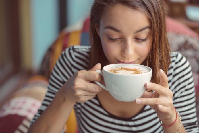 Frau trink Kaffee von einer Kaffeerösterei Bayern