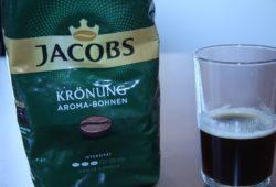 Jacobs Krönung Aroma Bohnen neben Kaffee