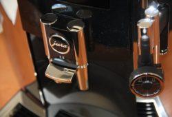 Jura E8 Nahaufnahme frontal Kaffeeauslauf