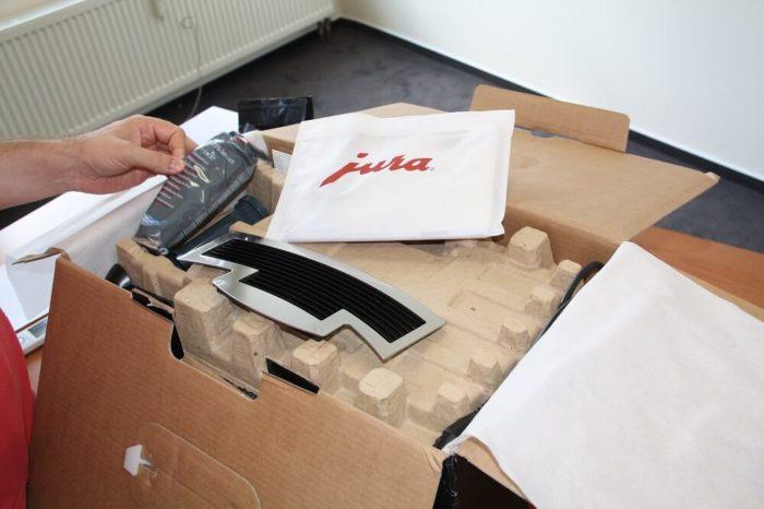 Jura E8 Verpackung geoeffnet