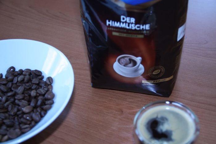 Mövenpick der Himmlische neben Bohnen und frischgebrühtem Kaffee