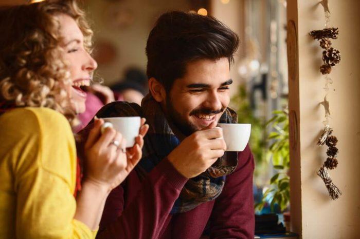 frau und mann im kaffee