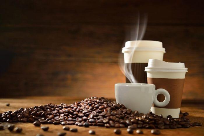 tasse-pappbecher-Mehrwegbecher-Kaffeebohnen