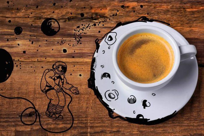 Astronauten-Kaffeetasse-auf-Tisch
