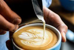 Barista-gießt-latte-art-in-tasse