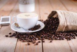 Bourbon-kaffee-tasse-ausgeschütteter-sack-bohnen