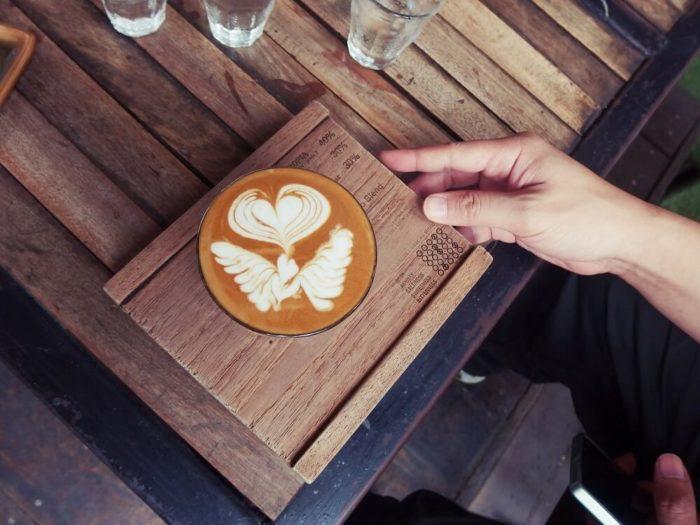 Latte-Art-auf-Tablett