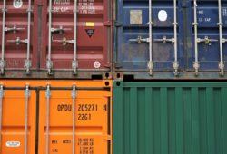 Logistikkette-Container-gestapelt