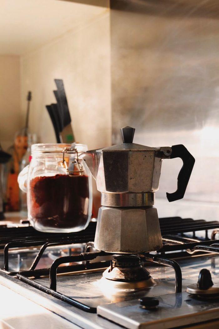 Mokka-Kanne-auf-herd-Kaffeemehl