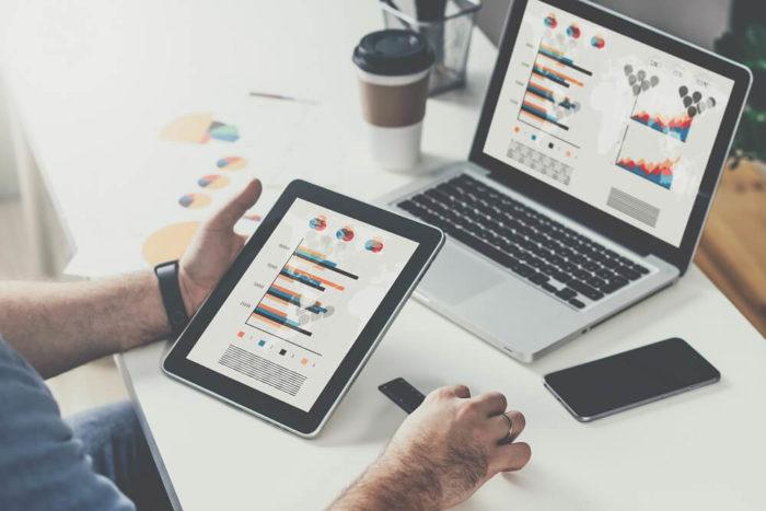 Spekulationsgeschäft-kaffee-tablet-computer-graphen