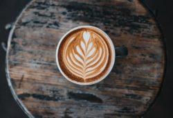 kaffeedosierung-latte-art-auf-tisch