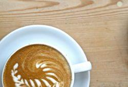 kaffeetasse-auf-holztisch-latte-art-wm