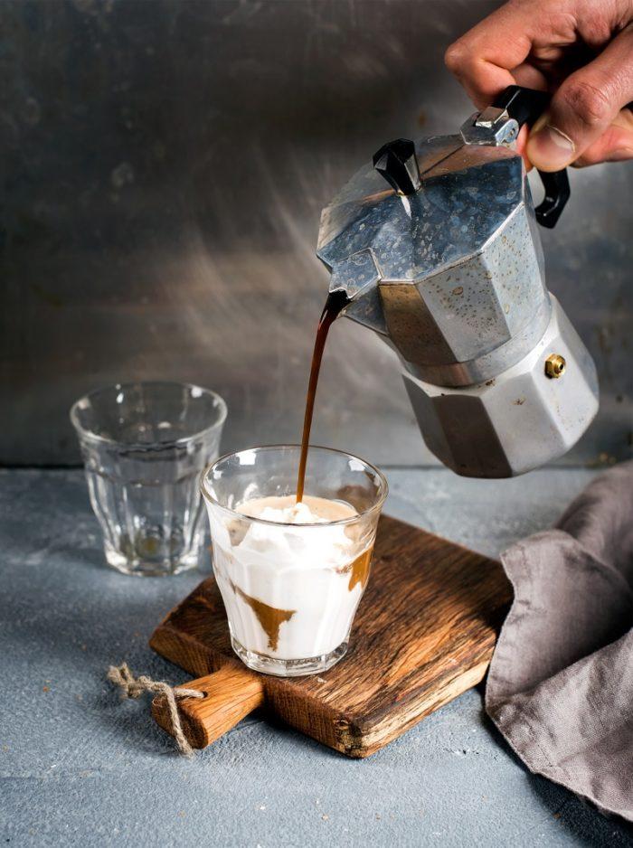 Eingießen aus Espressokocher