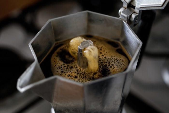Geöffneter Espressokocher von oben mit einfließendem Kaffee
