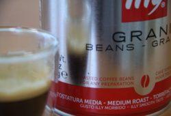 Illy Espresso-Röstung-N frisch zubereiteter Espresso neben Dose